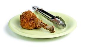 在绿色板材的面包敏感的炸鸡反对白色后面 免版税库存照片