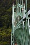 在绿色树背景的绿色桥梁在绿色城市 免版税库存图片