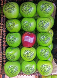 在绿色格兰尼史密斯苹果苹果中的红色华盛顿苹果 库存图片