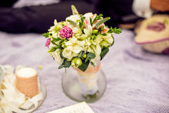 在紫色格子花呢披肩的婚礼花束 库存照片