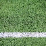 在绿色橄榄球场的白色条纹 库存照片