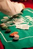 在绿色毛毡背景的赌博娱乐场芯片 库存图片