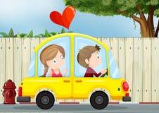 在黄色汽车里面的一对夫妇 免版税图库摄影