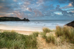 在黄色沙滩的美好的夏天日出风景 库存照片