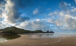 在黄色沙滩的美好的夏天日出风景 免版税库存照片