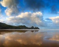 在黄色沙滩的美好的夏天日出风景 免版税库存图片