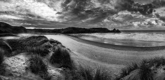 在黄色沙滩blac的美好的夏天日出风景 免版税库存照片