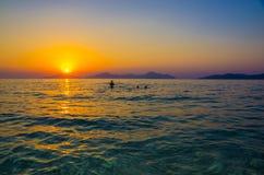 在水色海的华美的日落 免版税库存照片