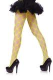 在黄色渔网的妇女腿 免版税库存照片