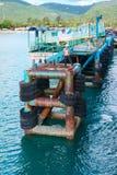 在绿色热带海岛上的生锈的老码头 图库摄影