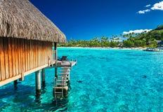 在绿色热带礁石的水别墅 库存照片