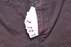 在紫色牛仔裤里面的四张一点卡片飞行 免版税图库摄影