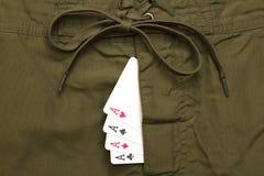 在绿色牛仔裤里面的四张一点卡片飞行 库存图片