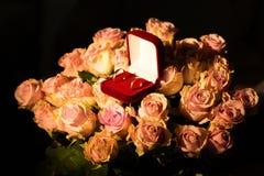 在黄色玫瑰的婚戒 免版税库存照片