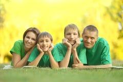 在绿色球衣的家庭 库存照片