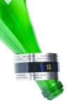 在绿色瓶脖子的酒温度计 库存照片