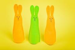 在黄色的三只复活节兔子 免版税库存图片