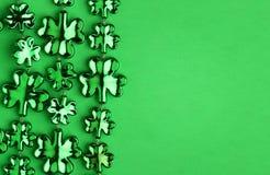 在绿色的三叶草形状的发光的叶子 图库摄影