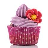 在紫色的五颜六色的唯一杯形蛋糕 免版税库存图片