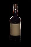 在黑色的充分的威士忌酒瓶 免版税库存照片