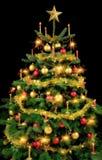 在黑色的华美的圣诞树 免版税库存照片