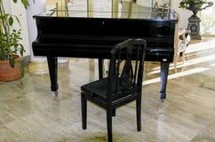 在黑色的大平台钢琴 免版税库存图片