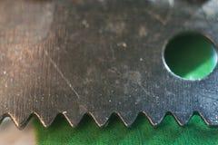 在绿色的宏观钢刀子 库存照片