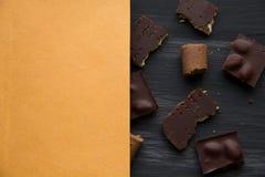 在黑色的巧克力老桌 免版税库存图片