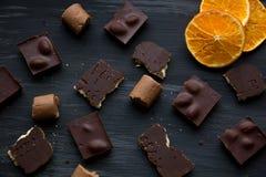 在黑色的巧克力老桌 库存图片