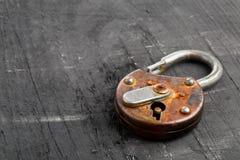 在黑色的开放古色古香的挂锁 免版税库存照片