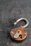 在黑色的开放古色古香的挂锁 免版税库存图片