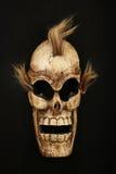 在黑色的木被雕刻的头骨死人面模 免版税库存照片