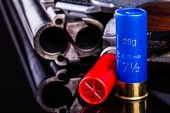 在黑色的猎枪与弹药筒 免版税库存图片