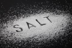在黑色的白色盐 免版税库存照片