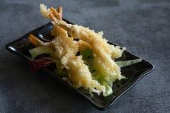 在黑色的盘子油煎的天麸罗虾 免版税库存图片