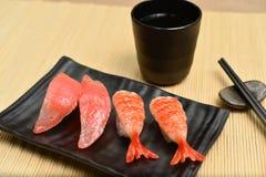 在黑色的盘子的寿司背景 免版税库存照片