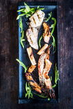 在黑色的盘子的开胃烤海鲜 库存照片