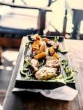 在黑色的盘子的开胃烤海鲜 库存图片