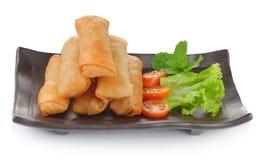 在黑色的盘子的油煎的中国春卷开胃菜的 免版税图库摄影