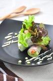 在黑色的盘子的菜卷 图库摄影