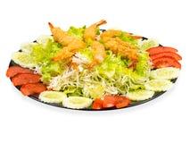 在黑色的盘子的菜沙拉油煎的虾 背景查出的白色 库存图片