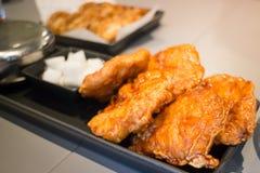 在黑色的盘子的韩国人炸鸡 免版税库存照片
