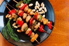 在黑色的盘子的鸡和菜kebabs 免版税图库摄影