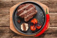 在黑色的盘子舱内甲板位置的烤肉 免版税库存图片
