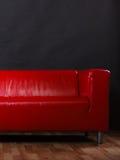 在黑色的红色皮革沙发 免版税库存图片