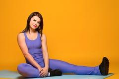 在黄色的美好的健身模型 库存照片