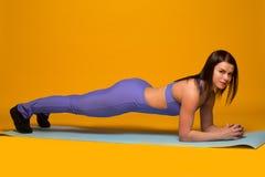 在黄色的美好的健身模型 库存图片