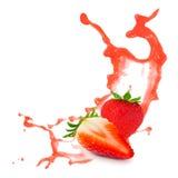 在黑色的草莓飞溅 库存图片