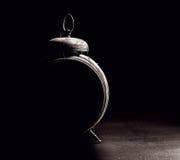 在黑色的葡萄酒闹钟 免版税库存照片