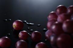 在黑色的葡萄 免版税库存图片